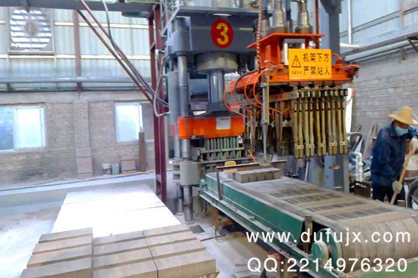 砖机设备,液压机械齿轮泵一般比较常用的都是由一对大小一样齿数也是一样的外啮合齿轮和泵体、泵盖等一些其他的零件组成的。砖机设备,液压机械油泵的工作原理也很简单,它是由驱动的轴带动齿轮的方向进行旋转的时候,齿间把这油腔带到了排油腔,齿轮就在不断的旋转,齿轮就一个接一个的啮合,齿间里面的油就会逐渐的被挤了出来。在齿间里被挤出的油集中到了排油腔,就会通过这个排油口甲压出了泵外,所以这就称之为砖机设备,液压机械油泵的排油过程。这个泵油的吸油过程就是由这个啮合的齿在吸收了油腔后才遂渐分开的时候,随着一个齿轮就在另外的